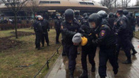 """В Петербурге массовые задержания на акции """"Надоел"""""""