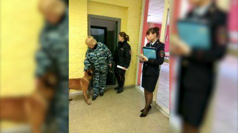 Директор лицея об антинаркотической акции: Дети стояли у стены, пока шла собака