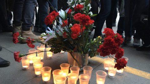 Петербуржцы несут цветы и свечи к метро