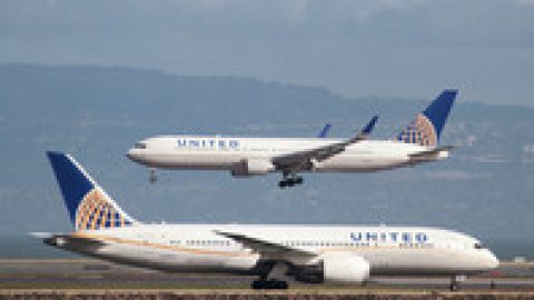 United Airlines заключила сделку с пассажиром, которого выволокли из самолета