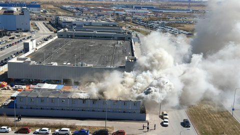 Возле Пулково загорелось 16 строительных бытовок