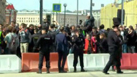 В Москве началось шествие к администрации президента в рамках акции «Надоел»