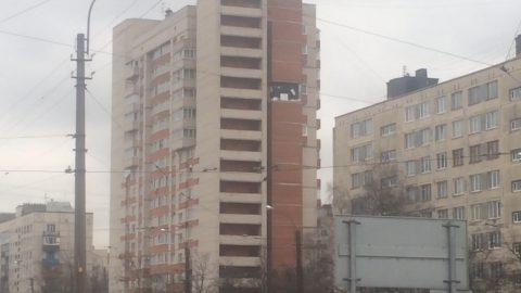 Облицовка с многоэтажки на Солидарности обрушилась из-за ремонтных работ