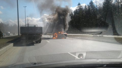 На Парашютной улице загорелся автомобиль после ДТП