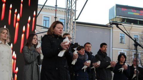 Почтить память жертв теракта в петербургской подземке пришли 30 тысяч человек