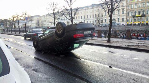 В центре Петербурга перевернулась иномарка