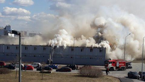 Десять бытовок горят на стройке на Внуковской улице в Петербурге