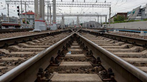 На железной дороге в Колпино поезд насмерть сбил мужчину