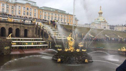 В Петергофе стартовал летний сезон фонтанов