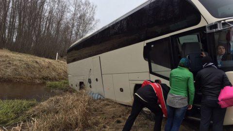 Пассажиры съехавшего в кювет автобуса продолжили путешествие