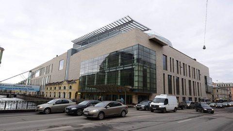Стеклянная дверь упала на голову посетителю Мариинского театра