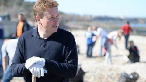 Глава Севастополя поучаствовал в уборке пляжа в Любимовке