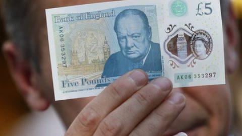 СМИ указали на двусмыленную надпись на новых британских купюрах
