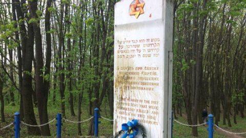 Под Тернополем надругались над памятником жертвам Холокоста