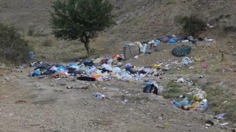 У дома и кабинета двух крымских чиновников вывалили мусор