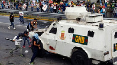 Мадуро для борьбы с протестами собрался изменить систему государственного управления и переиначить конституцию