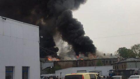 В Петербурге по повышенному номеру сложности тушат пожар в бывшем ДК