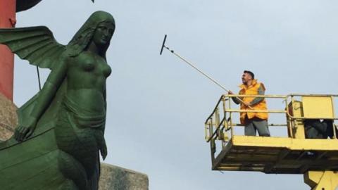 Шнуров помыл Ростральные колонны в Петербурге ради премии местного глянца
