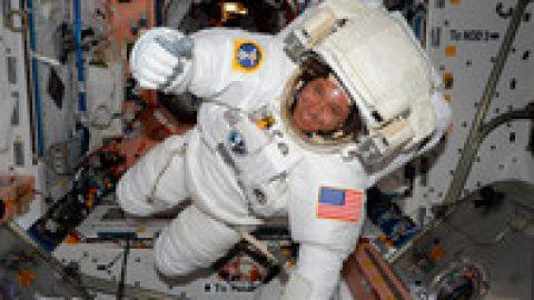 Выход астронавтов NASA  в открытый космос откладывается из-за проблем со скафандром