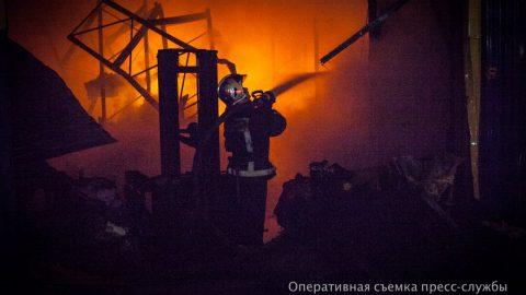 Шесть человек спасли из горящего общежития на улице Здоровцева в Петербурге