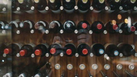 Больше тысячи бутылок нелегального алкоголя изъяли в Калининском районе