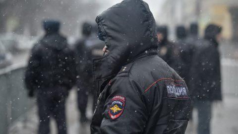 Мертвого мужчину нашли в петербургском парке на проспекте Большевиков