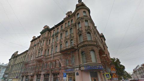 В центре Петербурга на прохожую упал кусок балкона