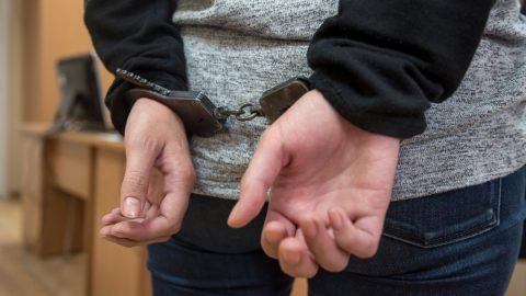 Неизвестный похитил черный «Генлендваген» из автосалона