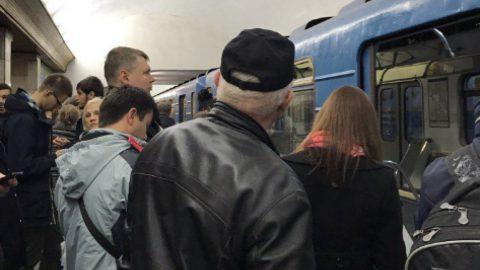 На синей ветке петербургского метро поезда идут с увеличенным интервалом