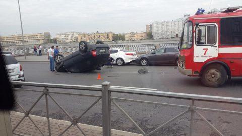 """На Синопской набережной Hyundai """"выбил страйк"""" и перевернулся"""