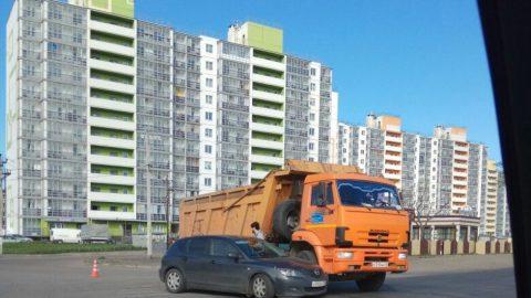 Иномарка столкнулась с «КАМАЗом» на Московском шоссе