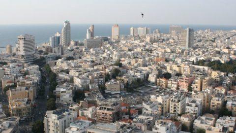 В Тель-Авиве автомобиль влетел в толпу пешеходов, возможен теракт