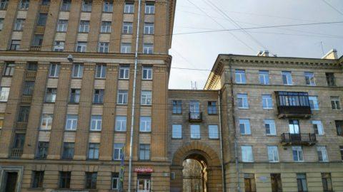 «Дамоклова лестница» в Невском районе вызывает опасения у горожан