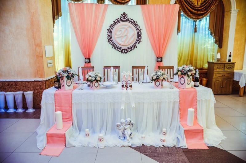 Украшение зала на свадьбу: варианты декора шарами, тканью, цветами