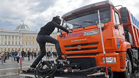 Дворцовую площадь пытаются очистить от протестующих с помощью техники